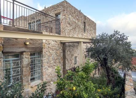 אדריכלית אלונה נבו סידי בית אבן טבעית פרגולה מברזל צמחיה ים תיכונית
