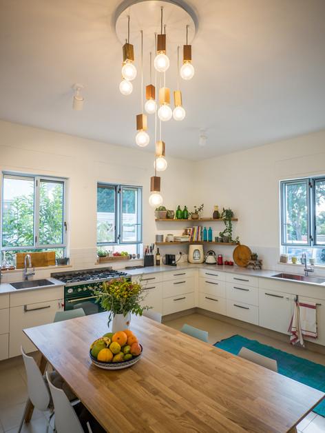 אדריכלית אלונה נבו סידי מטבח מואר בית טיח חול חלונות תכלת