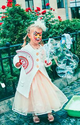 девочка с веером и пузырь