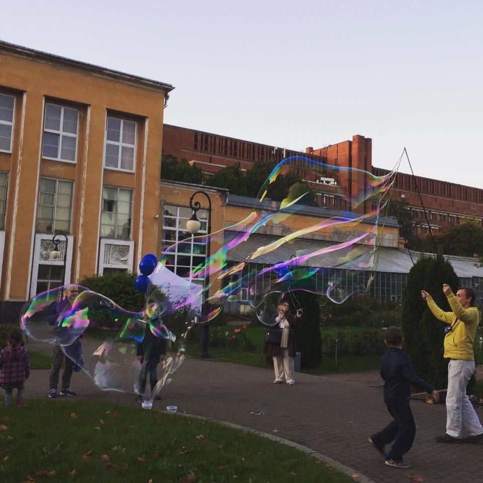 мыльные пузыри в Ботаническом саду