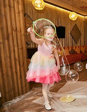 девочка делает пузырь