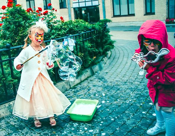 Дети пускают большие пузыри