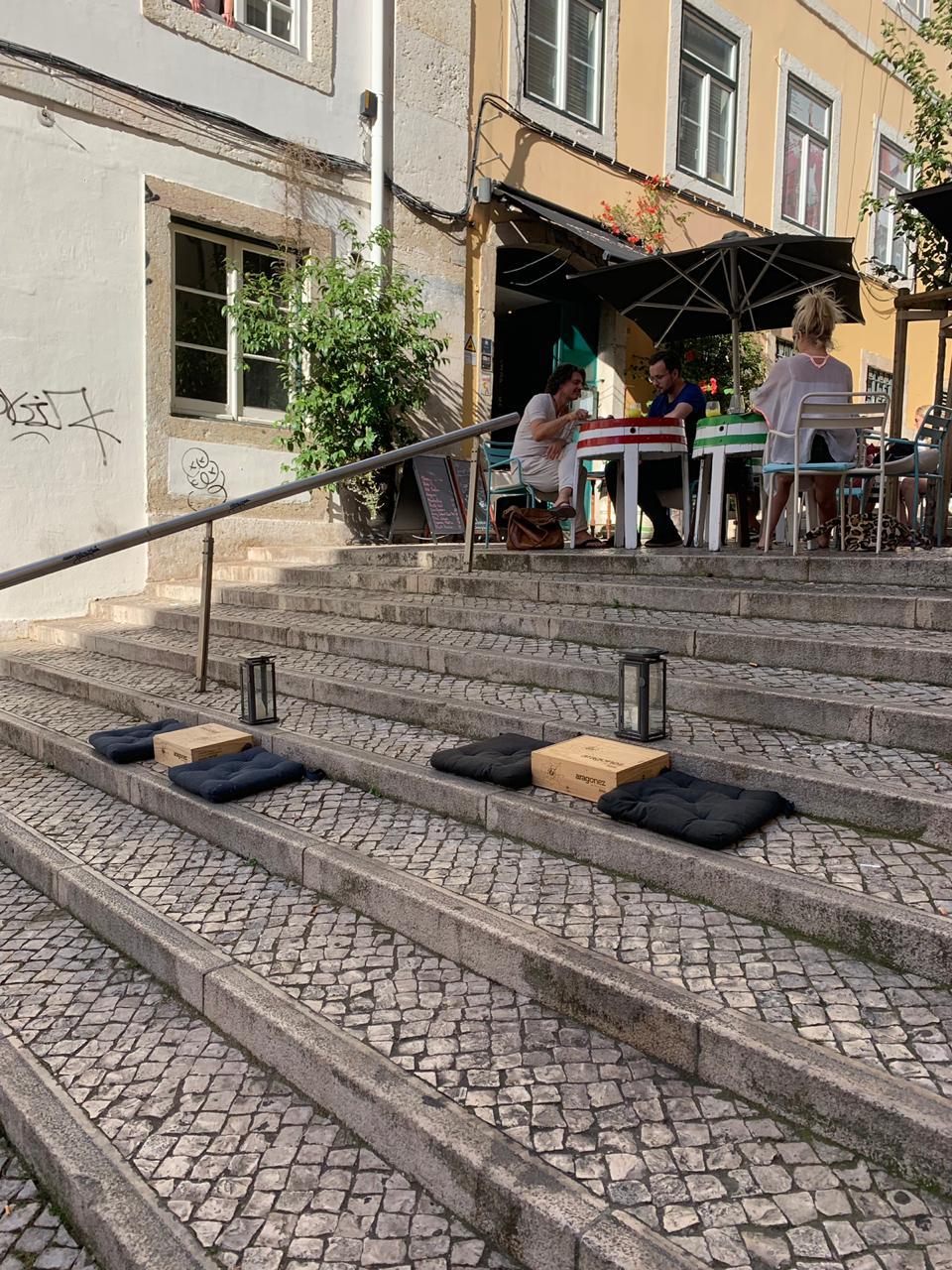 Almofadinhas na escada para vinho