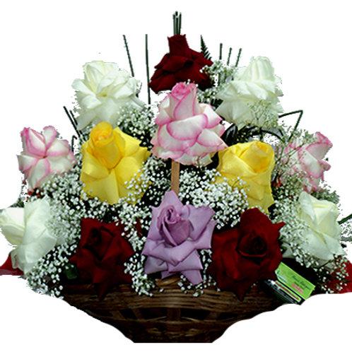 Cesta com 18 rosas coloridas.