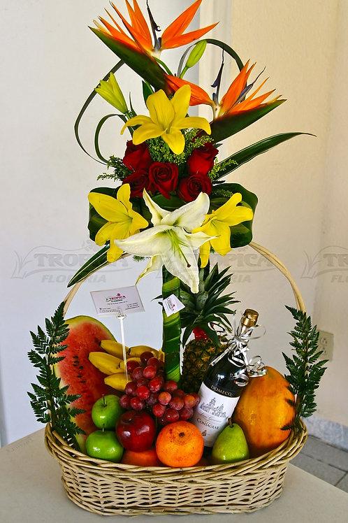 Cestas de frutas de frutas e flores nobres com vinho.