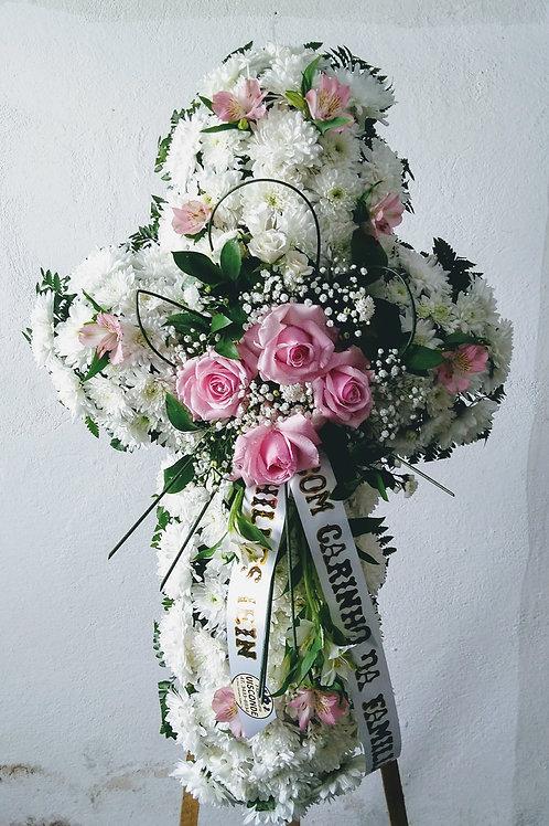Cruz de flores com crisântemos, rosas e astromelias,1 mt de altura.