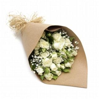 Buquê com rosas e micro rosas brancas.