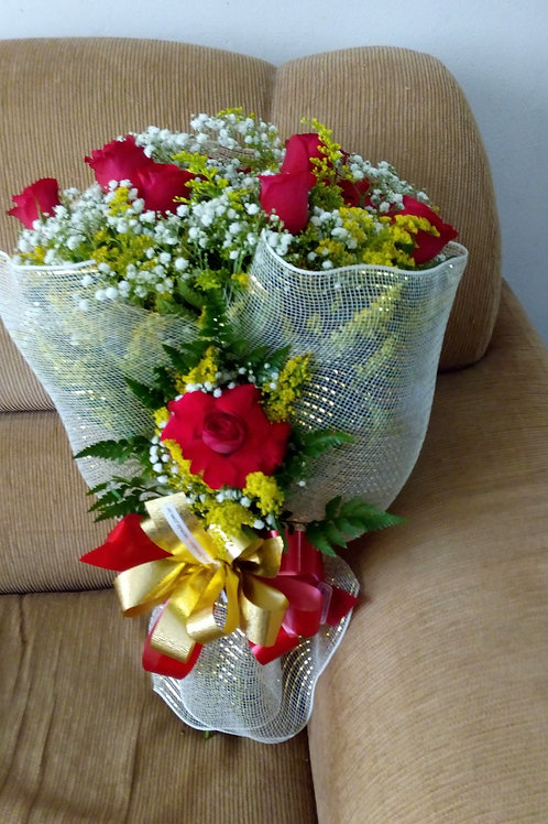 Buque na telinha com 12 Rosas colombianas.