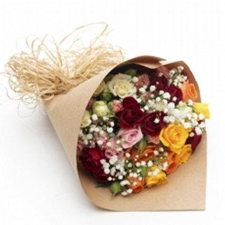 Buquê com 12 Rosas e micro rosas coloridas.
