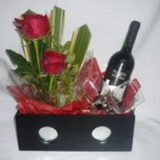 Caixa rosas importadas, 2 taças  e vinho.