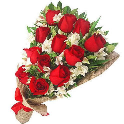 Ramalhete de 12 Rosas importadas  e 10 Astromélias.