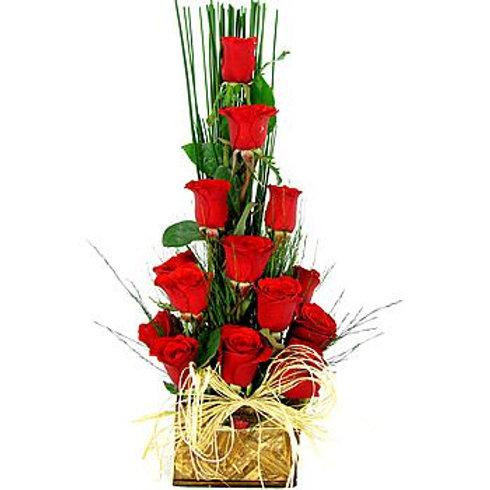 arranjo piramide com 15 rosas importadas.