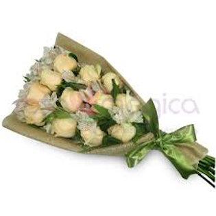 Ramalhete com 12 rosas e 10 astromelias.