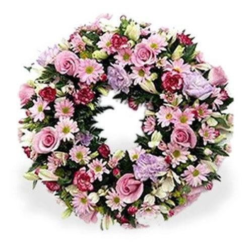 Coroa redonda com flores do campo, rosas e gérberas