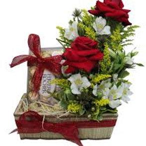 Bau com 2 rosas colombianas, astromelias e ferreiro.