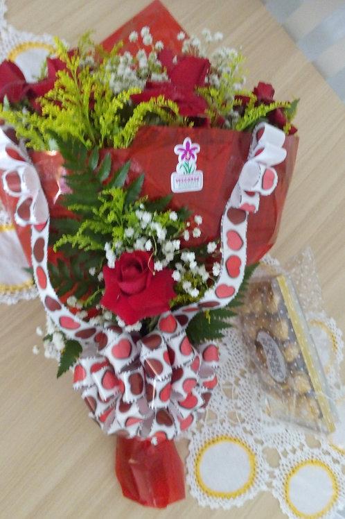 Buquê com 12 rosas vermelhas papel vermelho