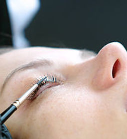 Cosmetologist rubs the client's eyelash
