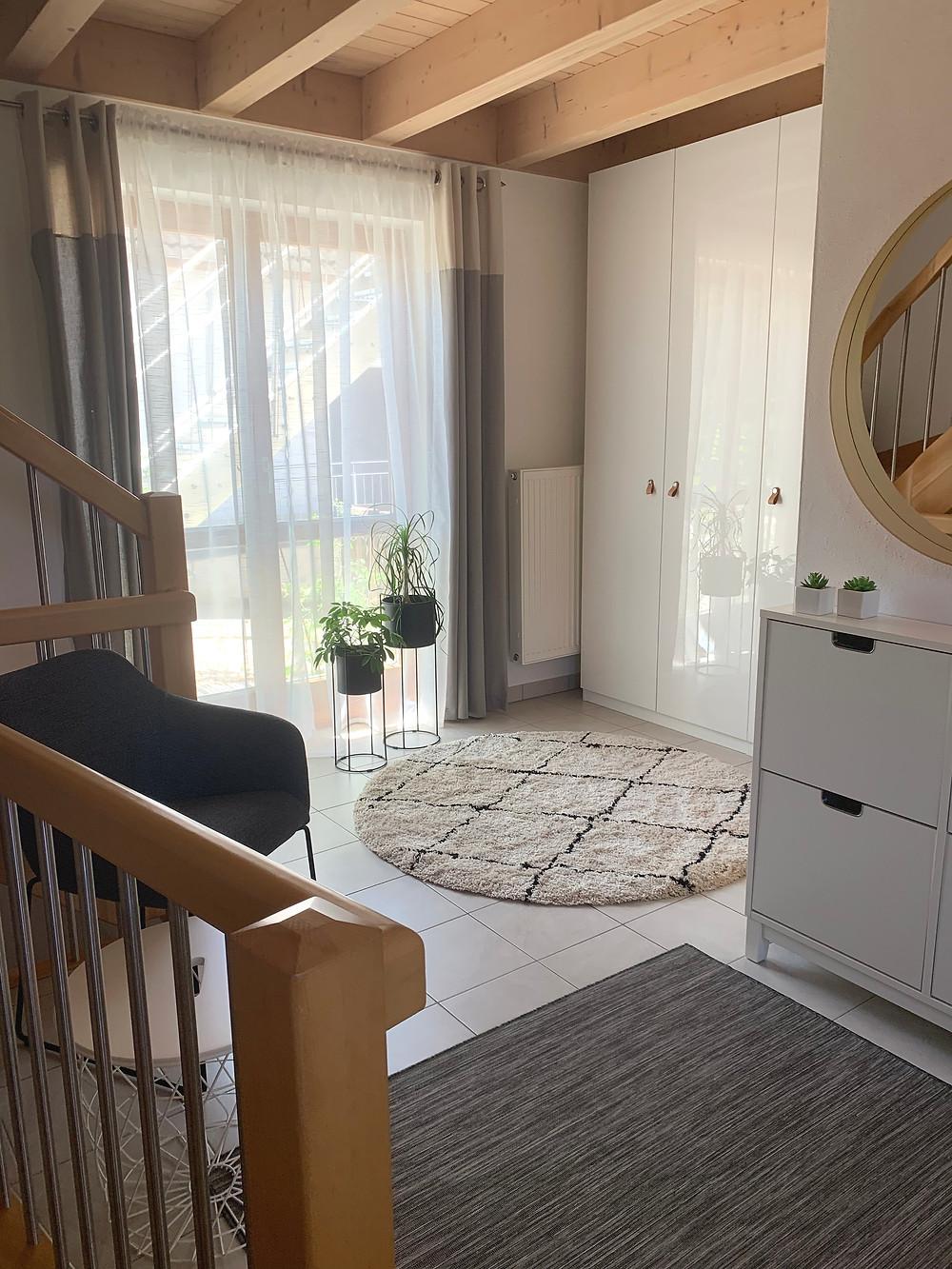 Ein Wohnzimmer wird wird wohnlich