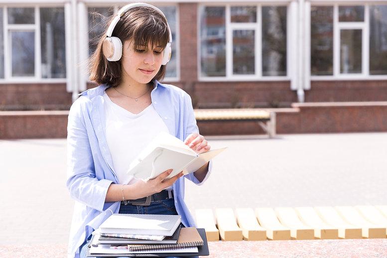 mulher usando fone de ouvido.jpg