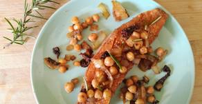 Patate douce express au micro-ondes accompagnée d'oignons, pois-chiches et tomates séchées au cumin.