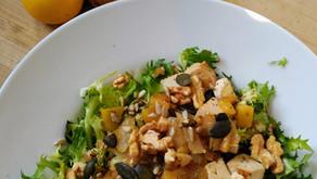 Salade frisée tiède aux pommes et oignons caramélises, tofu et graines oléagineuses.