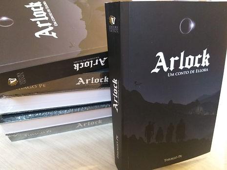 Livro físico de Arlock - um conto de Ellora em destaque, com alguns exemplares empilhados ao fundo