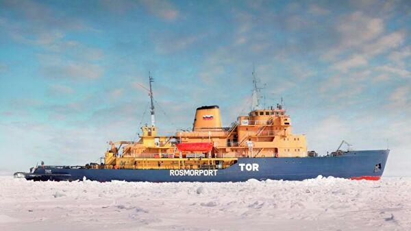 российский ледокол TOR подал сигнал бедствия в Норвежском море недалеко от Олесунн, Норвегия, сообщив о неисправности двигателя