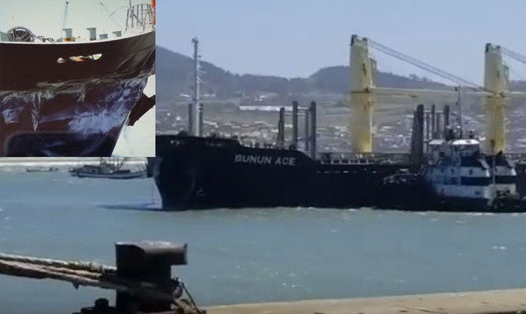 Балкер после удара о причал в порту Имбитуба, Бразилия