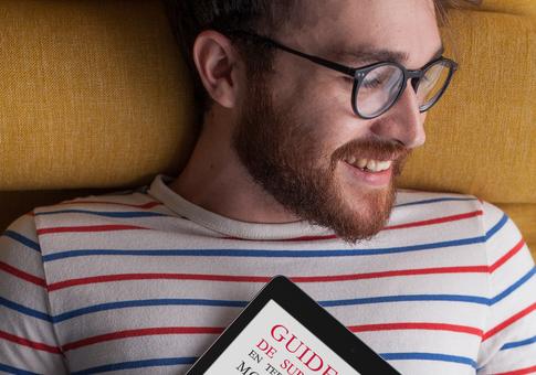 Lecteur tenant l'e-book