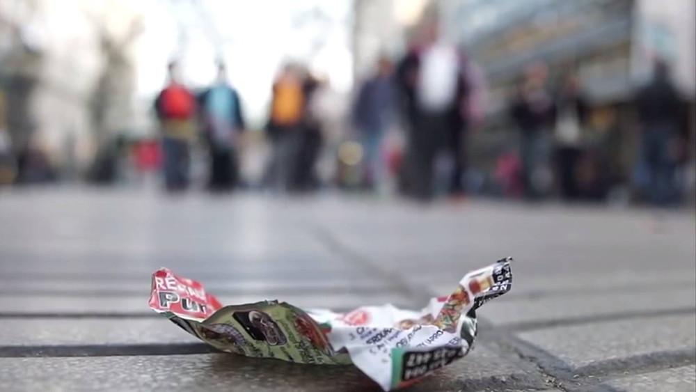 panfleto amassado no chão