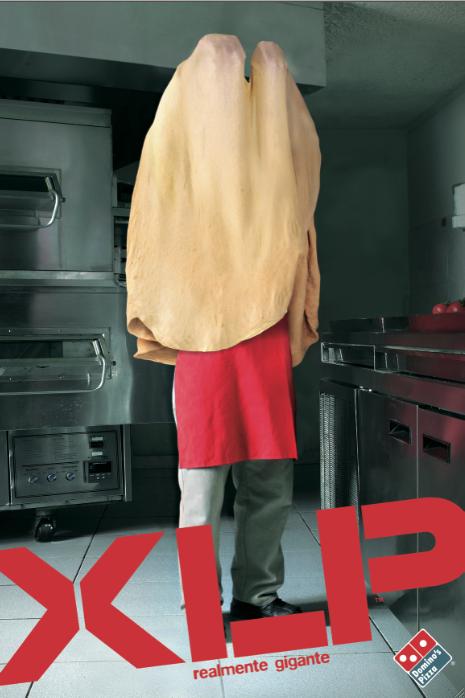 panfleto da pizzaria domino's onde um cozinheiro está coberto pela massa da pizza