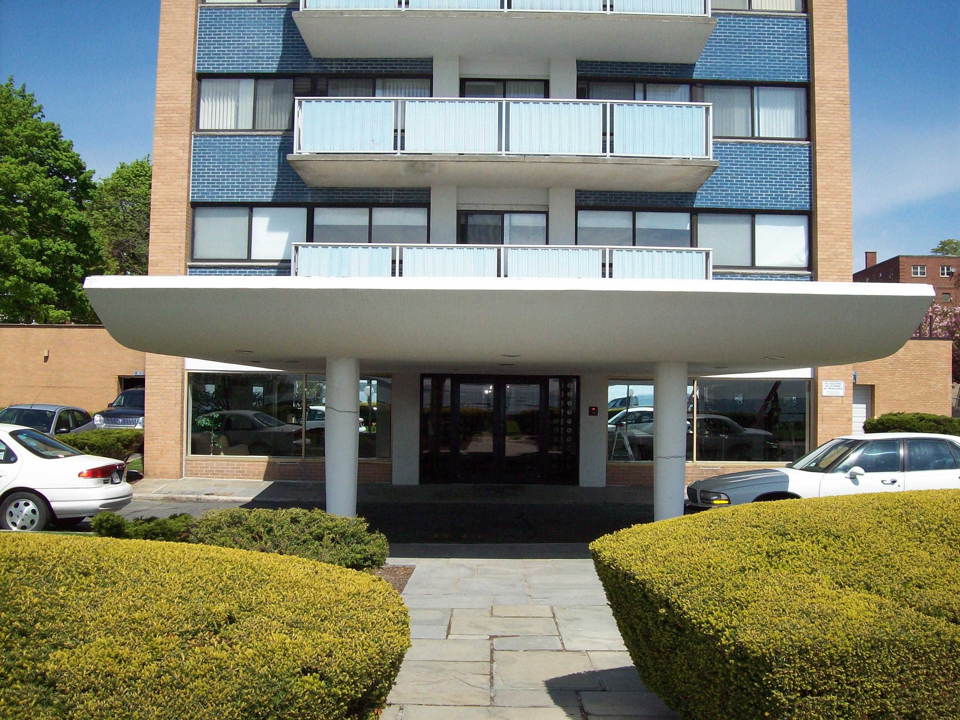 300 Lynnshore Drive Condominiums