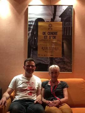 """Thomas Gornet (auteur) et Sally Galet (compositeur) devant l'affiche """"De cendre et d'or"""" en juin 2017.jpg"""