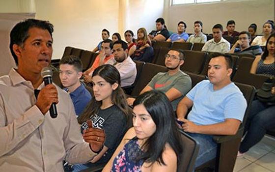 En el departamento de finanzas se impartió a estudiantes estrategias para el ahorro para el retiro