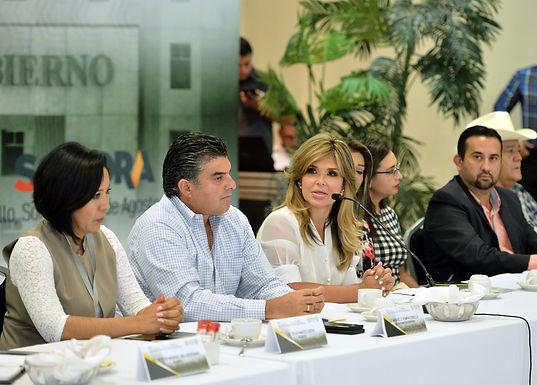 La gobernadora se reúne con alcaldes electos.