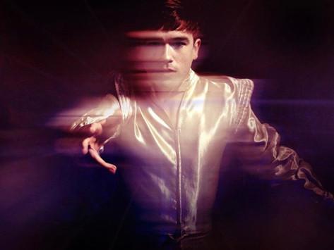 """REVIEW: """"Zeros"""", de Declan McKenna é o álbum que pode estabelecer o cantor o """"novo Bowie"""""""