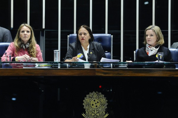 As senadoras da oposição Grazziotin (PCdoB-AM), Fátima Bezerra (PT-RN) e Gleisi Hoffmann (PT-PR) ocuparam a mesa diretora do Senado em protesto contra a reforma