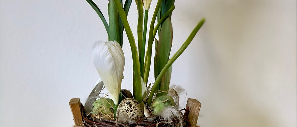 Jarní aranžmá v dřevěném květináči