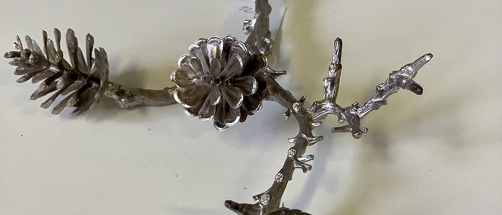 Stříbrná větvička šišek