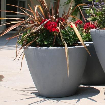 round-fiberglass-flower-pot