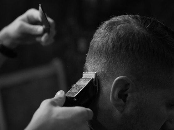Reise Cutting Hair with Clippers
