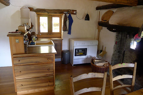 Küche mit Gasherd und Backofen