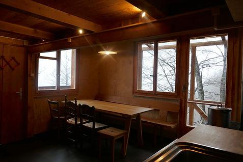 Tisch für 8 Personen im Aufenthaltsraum