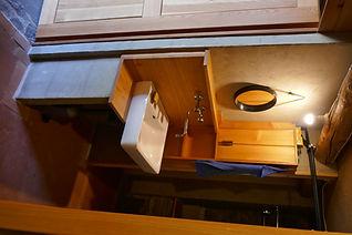 Badezimmer mit Warmwasser vom Holzboiler