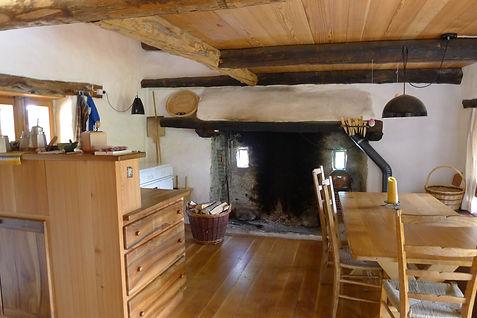 Casa nel Bosco Uriell, rustikaler Wohnraum mit offener Feuerstelle