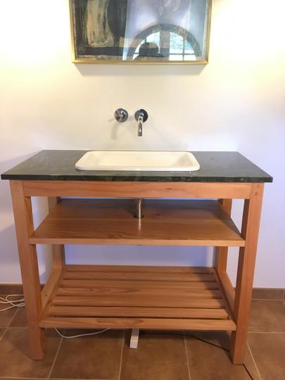baderumsmøbel med norsk granit bordplade.