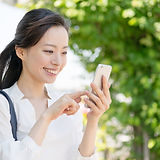 AdobeStock_228434985日本人スマホ使う女性.jpeg