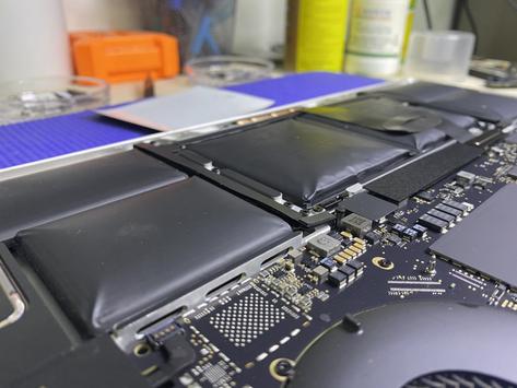 เปลี่ยนแบตเตอรี่ Macbook Pro 15 นิ้ว ปี 2018แบตเตอรี่บวม เพรชบูรณ์