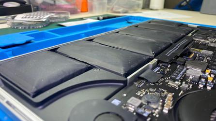 เปลี่ยนแบตเตอรี่ Macbook Pro Retina 15 นิ้ว ปี 2012  อาการแบตเตอรี่หมดเร็ว บวม ชาร์จไม่เข้า