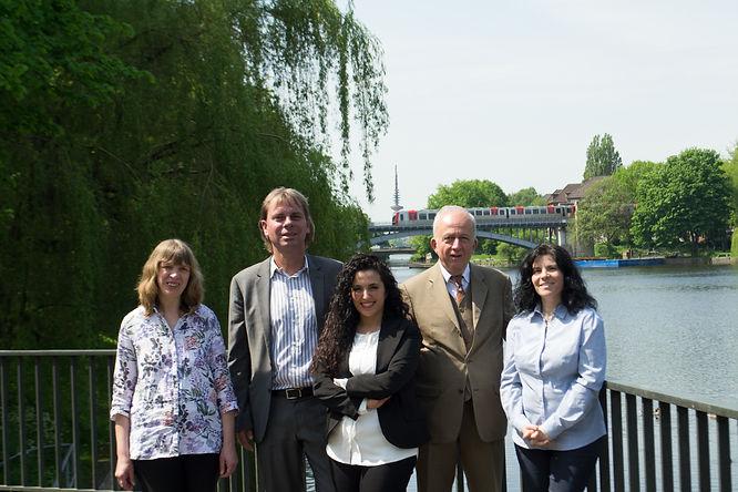 Gruppenfoto der Anwälte und Sekreterinen an der Alster in Eilbek